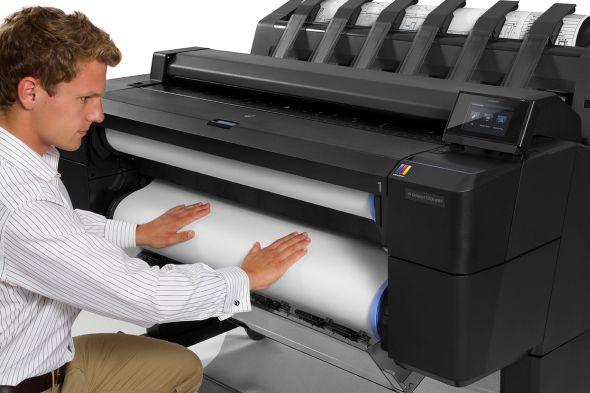Pohodlný přístup z přední strany umožňuje ovládat tiskárnu třeba i v sedě. Zdroj: HP