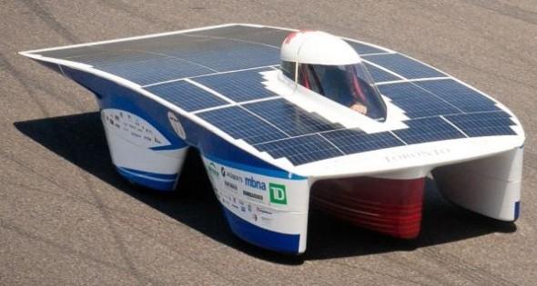 Závodní auto Blue Sky Solar je poháněno energií ze slunce. Zdroj: Technodat