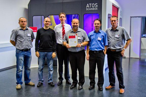 Miloslav Drápela, ředitel společnosti MCAE Systems, se získaným oceněním a jeho tým na konferenci Optical Metrology 2013. V pozadí v bílé košili obchodní ředitel společnosti GOM Dirk Behring. Foto: Jan Homola
