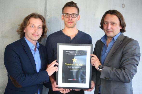 V soutěži mladých talentů zvítězil Henri von Freyberg (uprostřed). Cenu mu předal Jozef Kaban (vpravo). Foto: auto-design-prague.com
