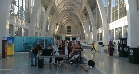 Architektonicky skvostný pavilon A1 brněnského výstaviště je v předvečer MSV 2014 plný ruchu při dokončování velké výstavy 3D technologií. Foto: Jan Homola