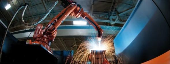 Ukázka automatizovaného svařování robotem v jedné z mnoha aplikací ABB v této oblasti.