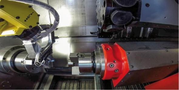 Robot upíná polotovar do vřetena soustružnicko-frézovacího centra SP 280.