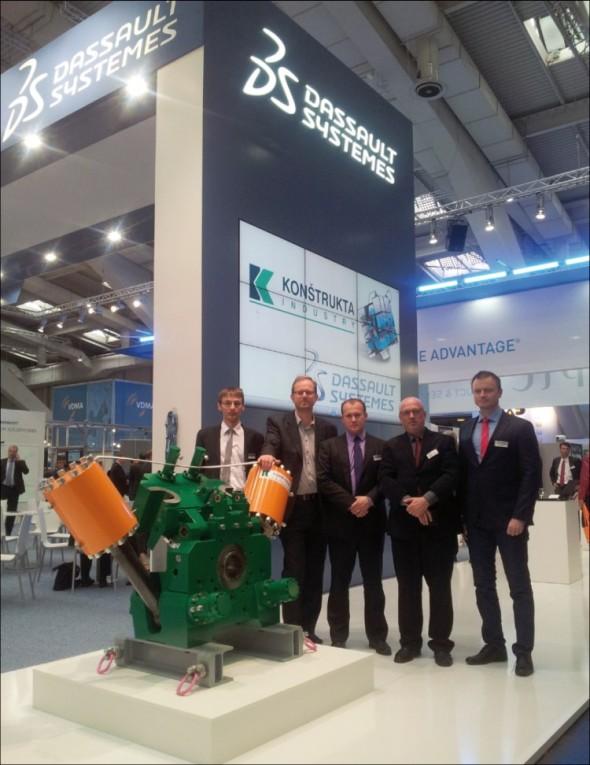 Úzká spolupráce všech zúčastněných vedla ke společné výstavě na Hannover Messe, kde byla na expozici Dassault Systèmes prezentována vytlačovací hlava výrobní linky pro pneumatikářský průmysl, vyvinutá již na platformě V6.