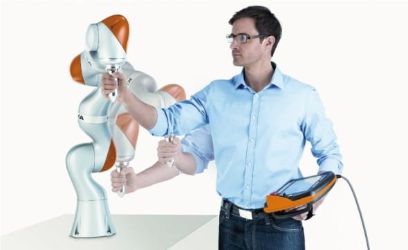 Robot Kuka LBR iiwa lze ovládat dotykovými gesty či snadno programovat navedením rukou – jeho řídicí jednotka si dráhu pamatuje.
