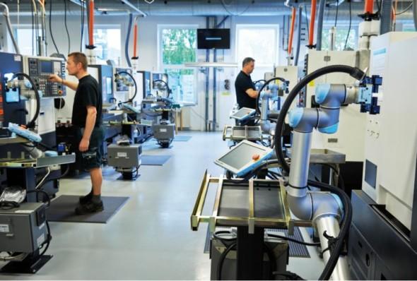 Lehké průmyslové roboty začínají na výrobních linkách doplňovat práci obslužného personálu.