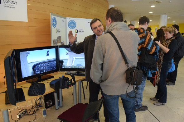 Studenti zkoušeli simulátor letadla. Foto: Marek Pagáč
