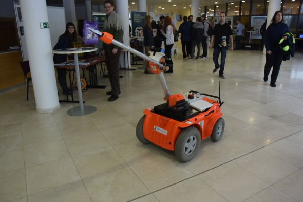 Jeden z prezentovaných robotů odcizil balíček čokoládových bonbónů. Foto: Marek Pagáč