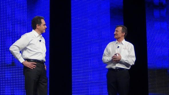 Bernard Charlès (vpravo) poděkoval Betrandu Sicotovi na konferenci SolidWorks World 2015 ve Phoenixu za vedení v SolidWorksu. Foto: Marek Pagáč