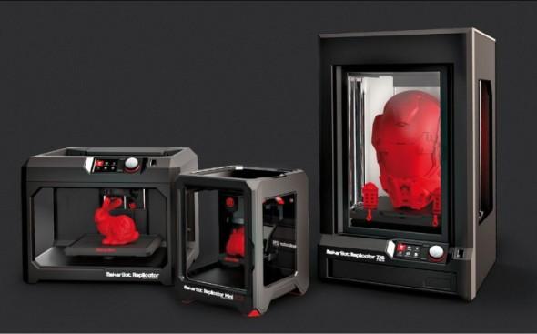 3D tiskárny značky MakerBot s tiskovou hlavou páté generace, zleva: Replicator, Replicator Mini a Replicator Z18.