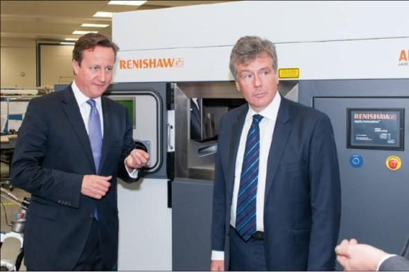 Britský premiér David Cameron (vlevo) vnímá aditivní výrobu jako doping pro místní průmysl. Stroj AM250 v jeho pozadí posloužil také pro výrobu kola pro Empire Bikes.