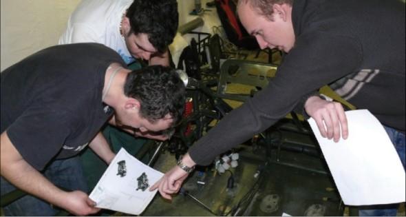 Montáž vozidla pod dohledem vyučujícího Technologie montáže Vladimíra Zbožínka (vpravo).