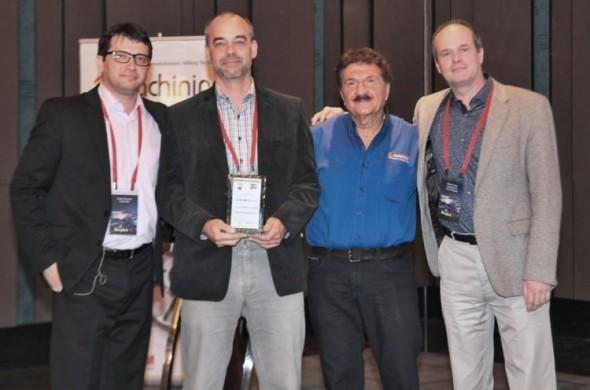 Ocenění za třetí místo v prodejích na celém světě předal Ivanu Cimrovi (druhý zleva) a také Hynku Horákovi (vpravo) jako zástupci největšího tuzemského autorizovaného prodejce, firmy SolidVision, ředitel a zakladatel společnosti SolidCAM Emil Somekh (druhý zprava). Foto: SolidVision