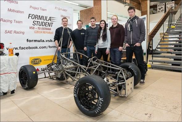 Jádro ostravského týmu Formula Student nad svařeným a sestaveným základem prvního modelu formule.