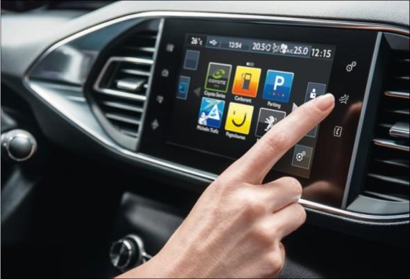 Zákazníci dávají najevo, že více než jízdní vlastnosti je zajímá palubní elektronika. Interiér automobilu – palubní deskou počínaje – se tak stává multimediálním centrem.