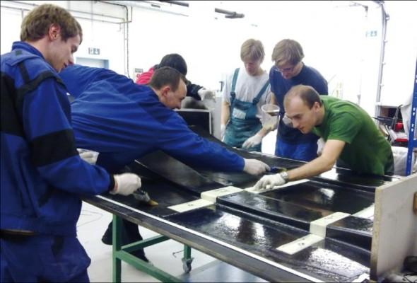 Studenti si na projektu vyzkoušeli například ruční laminování podlahy.
