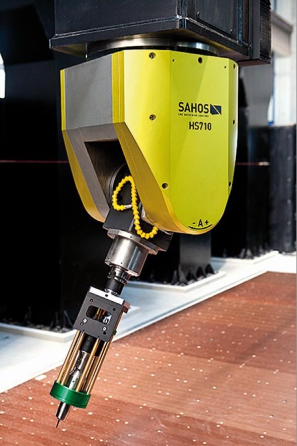 Hybridní technologie umožňuje využít v CNC centru rozličné typy nástrojů včetně oscilačního nože.
