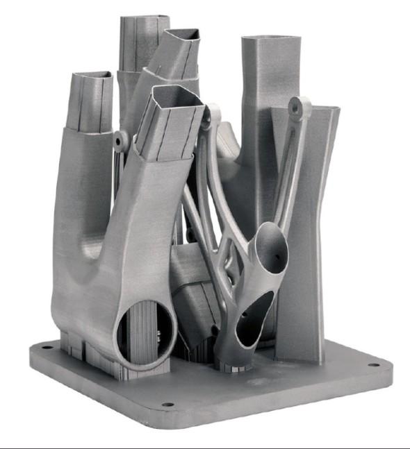 Společnost Renishaw pomohla upravit konstrukci rámu ve stavební komoře 3D tiskárny tak, aby vyhovoval specifikům aditivní výroby. Například byly potlačeny prvky s povrchy směřujícími dolů, které by vyžadovaly vytváření podpůrných konstrukcí.