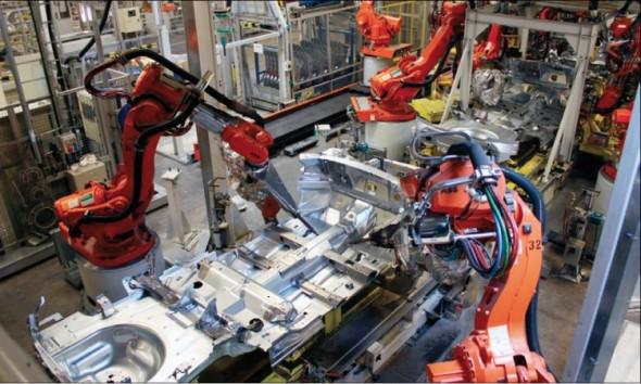 Detailní virtuální simulace robotizovaného stanoviště linky z továrny v Torslandě, kde jsou sestavovány karoserie vozů Volvo V70 a V60, v porovnání se skutečnou fotografií z místa.