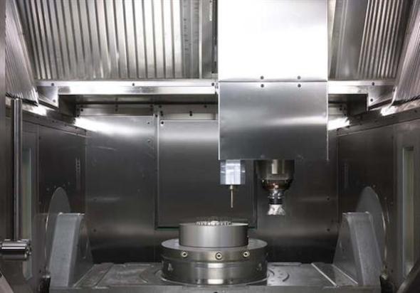 Hermle MPA 40 tiskne kov ve 3D a umožňuje 5osé simultánně řízené frézovaní. Foto:3ders.org