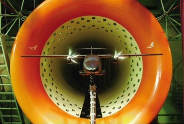 Bez tradičních testů a zkoušek to ani dnes nejde. Na snímku je model letounu EV-55 společnosti Evektor v nízkorychlostním aerodynamickém tunelu na VZLÚ.