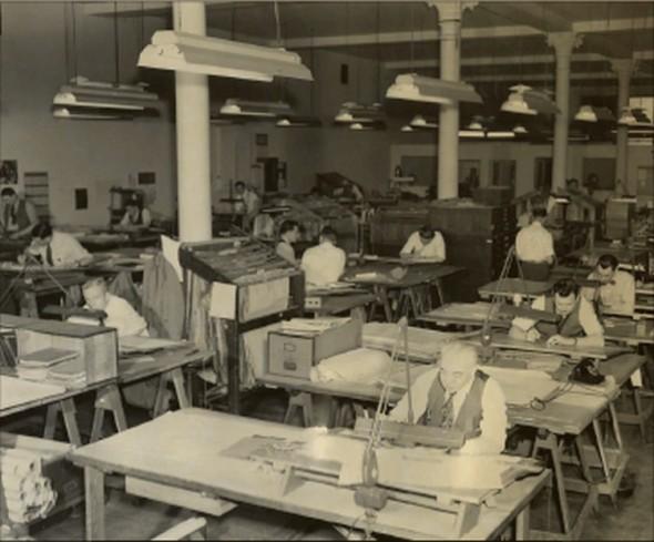 Tak vypadala počátkem druhé poloviny minulého století typická kreslírna velké výrobní firmy. Dnes by na stolech všichni měli počítače, nicméně výkresů jsme se dosud nezbavili.