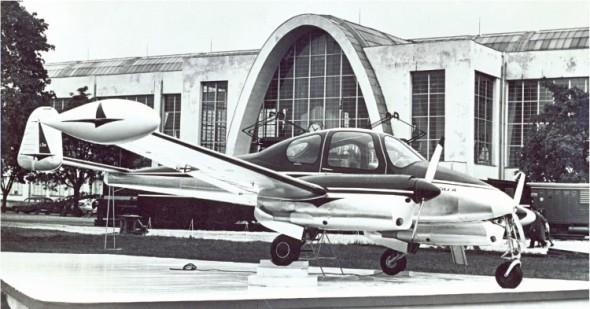 Slavný pětimístný dolnoplošník L-200 produkovaný někdejším Letem Kunovice na archivním snímku z veletrhu v Brně v roce 1958.