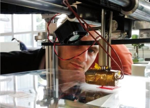 Autor originálních českých 3D tiskáren Marek Zloch za prototypem jednoho ze zařízení.