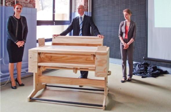 Ergonomie nové linie velkoformátových tiskáren od HP byla vyladěna s přispěním uživatelského workshopu. Výsledkem byl dřevěný model, který vidíte na fotografii z červnové prezentace novinek v Polsku.