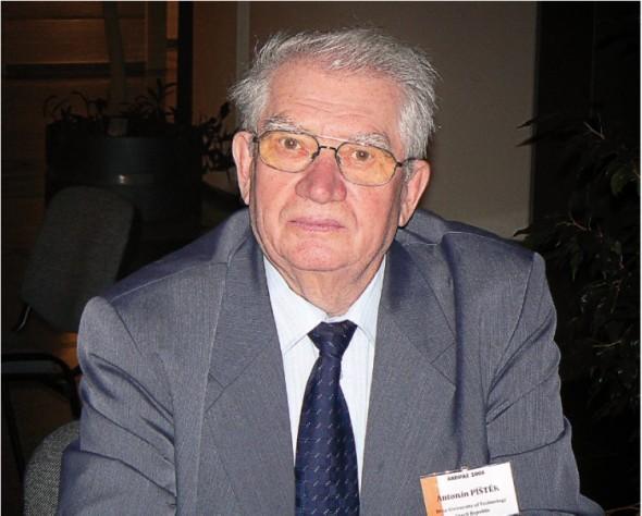 Profesor Píštěk se podílel na projektech nejznámějších letadel české výroby, na nichž staví i řada současných modelových řad.