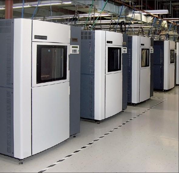 Továrna budoucnosti podle Stratasysu je vybavena řadami FDM strojů, které vyrábějí rychle, úsporně a tiše. Fotografie ukazuje, že tento koncept již funguje v praxi.