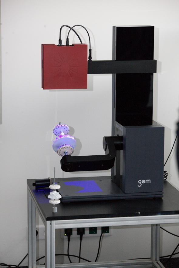 Nový stolní skener je vhodný zejména pro digitalizaci malých dílů. Foto: MCAE Systems