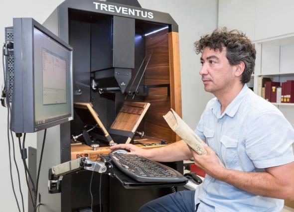 Převést miliony stran dokumentů do digitální podoby není až tak komplikované, jak by se mohlo zdát – automatické skenery jsou schopné naskenovat až 2000 stran za hodinu. Orientace a následné vyhledávání v milionech elektronických stránek je podstatně větší výzvou, vyžadující pokročilé algoritmy pro analýzu obrazu. Foto: Siemens/Bayerische Staatsbibliothek/H.-R. Schulz