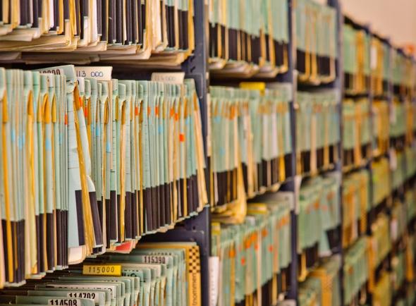 Práce s dokumenty v digitální podobě dokáže oproti ručnímu procházení stohů papíru ušetřit spoustu času, podmínkou jsou však propracované systémy pro vyhledávání. Foto: Siemens/Bayerische Staatsbibliothek/H.-R. Schulz