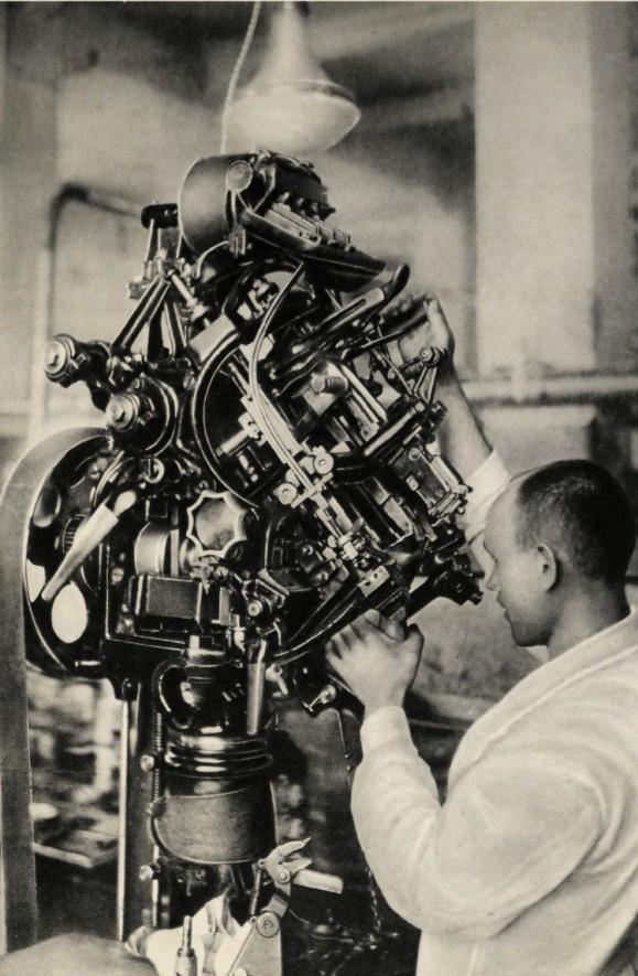 Baťovy závody ve Zlíně si techniku vyvíjely a vyráběly převážně samy. Právě tak třeba tento tzv. cvikací stroj.