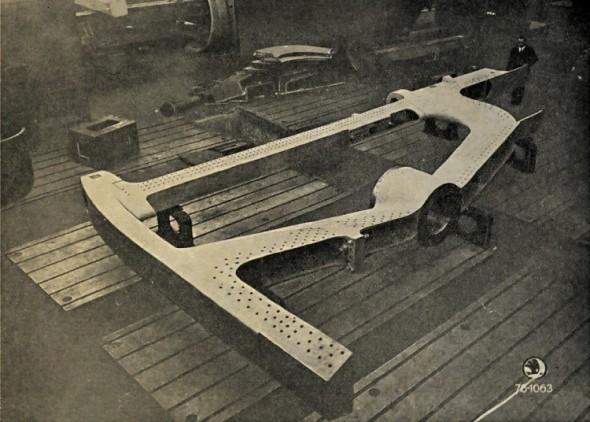 Dvojdílná záďová lodní vaznice z ocelové litiny vyrobená Škodovými závody v Plzni, t. č. největším strojnickým podnikem v zemi.