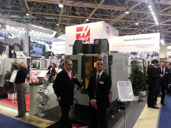 Výrobce CNC obráběcích strojů společnost Haas vystavovala soustružnické, soustružnicko-frézovací stroje i frézovací stroje. Jedním zexponátů bylo vertikální obráběcí centrum DT-1.