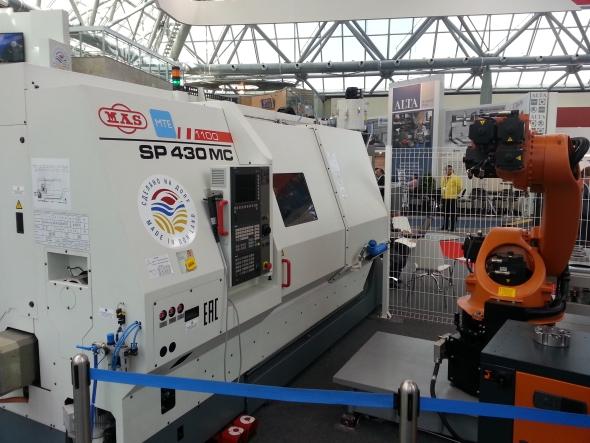 Společnost Kovosvit MAS vystavovala soustruh SP 430 MC srobotem pro zakládání polotovarů a obrobků.