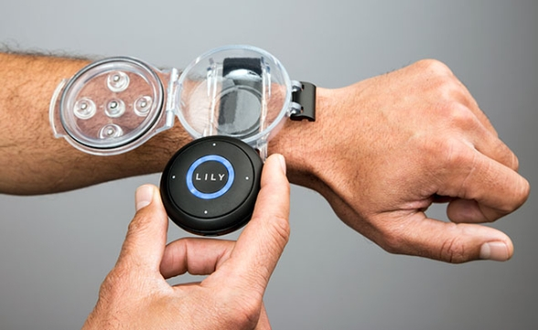 Dron sleduje přijímač umístěný na zápěstí nebo ve vaší kapse. Foto: Lily.com