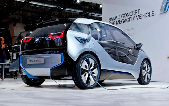 Technologie Dymola od společnosti Dassault Systèmes spolu sobsahem od společnosti Modelon podstatně zvýšila efektivitu vývoje vyspělé technologie generace elektrických ahybridních vozidel, jako jsou např. BMW i3 a BMW i8. Foto: Teslamotors.com
