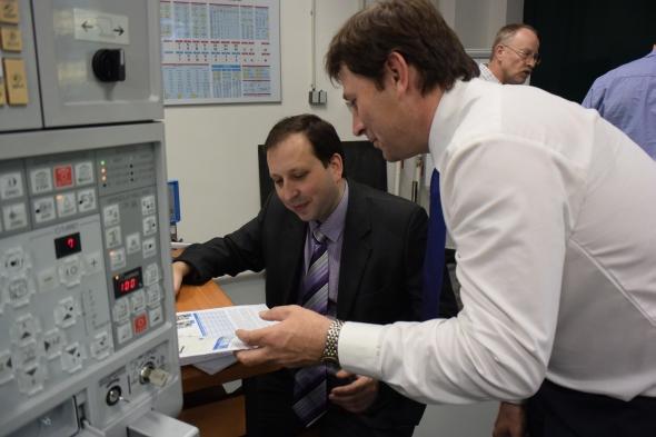 Jiří Kratochvíl (vlevo) a Jan Bouma ze společnosti Iscar vyhodnocují data naměřená dynamometrem. Foto: Zuzana Sadílková