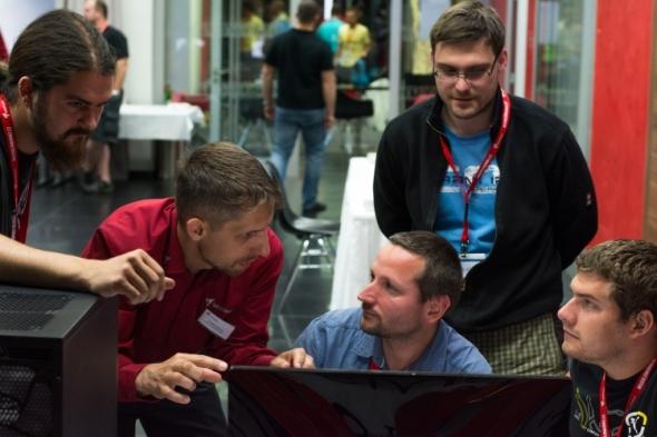Snávrhem spirálové pružiny pomáhal organizátor soutěže Ondřej Zelený (druhý zleva). Foto: Miroslav Vyhnalík