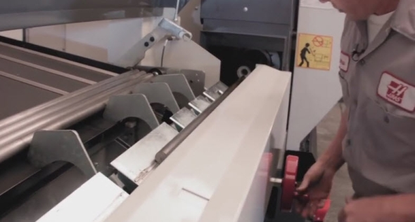 K nastavení výšky podavače tyčí slouží kolečko, které se nachází blízko ústí vřetena stroje. Foto: Youtube.com