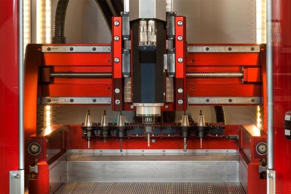 Univerzální frézka Speedy 400 CNC je dostupná i se zásobníkem a automatickým výměníkem nástrojů. Foto: SolidVision