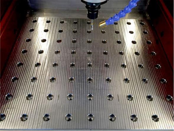 Pracovní stůl obsahuje otvory se závitem M8 vodstupech 50 × 50 mm pro snadné upínání obrobků nebo přípravků. Foto: SolidVision