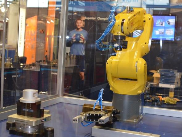 Společnost Schunk Intec představí na MSV 2015 vBrně robota skoncovými efektory. Foto: Schunk Intec