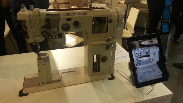První aplikaci rozšířené reality letos súspěchem prezentovalo na veletrhu Vydavatelství Nová média. Pokud si stáhnete bezplatné řešení Augo Konstruktér zinternetových obchodů Google Play nebo Aple Store a zamíříte kameru dotykového zařízení na papír, jež obsahuje ukrytý kód, můžete si prohlédnout zajímavá zařízení ve 3D. Modelem šicího stroje vrozšířené realitě se chlubila společnost Technodat