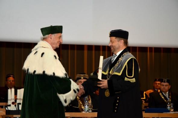 Děkan Fakulty strojní Ivo Hlavatý (vpravo) předal poděkování za dlouholetou spolupráci rektorovi polské univerzity Politechnika Swietokrzyszka Kielce Stanislawu Adamczakovi.
