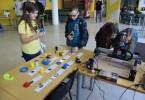 Katedra obrábění, montáže a strojírenské metrologie představila ukázky výrobků vytištěných na 3D tiskárně Felix 3.0 a jak se obrábí umělé dřevo na stolní CNC frézce Shapeoko 2.