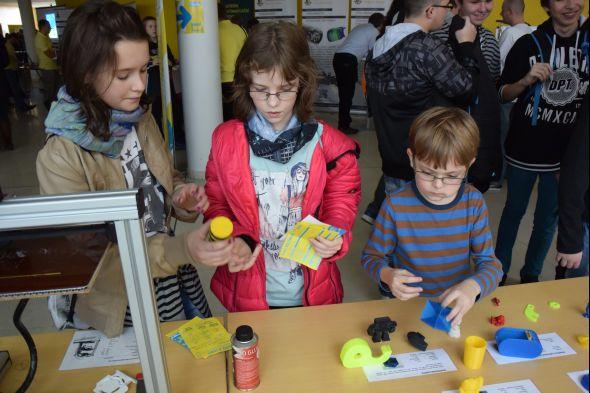 Děti projevily zájem o 3D tisk. Zaujala je samonosná kostka, trezor, krabička sposuvnou roletkou vytištěnou zdřevěného filamentu i Moebiův kruh